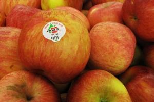 appel met een stickertje erop