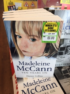 een boek met daarop een sticker die niet gepast is
