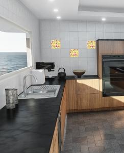 een keuken met tegelstickers op de muur