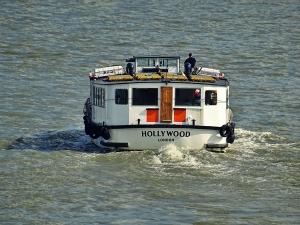 een boot met daarop een sticker