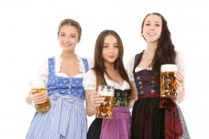 drie vrouwen in Oktoberfest kleding