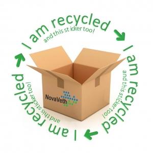 een doos met daarop een milieuvriendelijke sticker