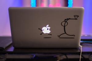 een laptop met daarop twee stickers