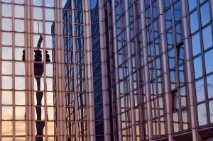 een gebouw met veel ramen