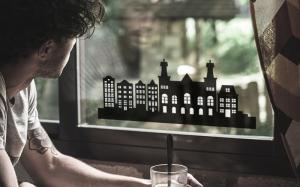 foto van een raamsticker op een raam