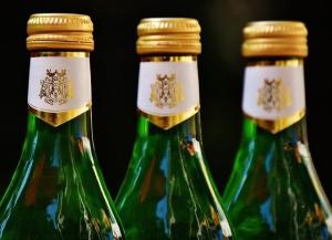 flessen met een etiket met goud