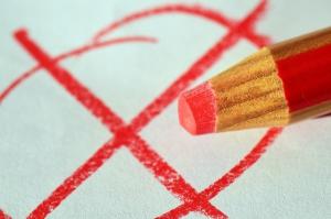 rood potlood en een vakje dat is aangekruisd