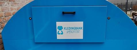 container met logosticker Kledingbank Amersfoort